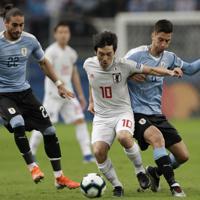 サッカー南米選手権【日本-ウルグアイ】前半、ウルグアイのベンタンクールと競り合う日本の中島=ブラジル・ポルトアレグレで2019年6月20日、AP