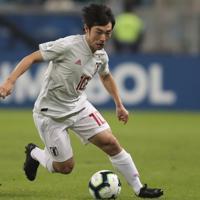 サッカー南米選手権【日本-ウルグアイ】前半、攻め込む中島ブラジル・ポルトアレグレで2019年6月20日、AP