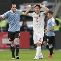 サッカー南米選手権【日本-ウルグアイ】前半、シュートを放ったが枠に飛ばず、残念がる日本の岡崎=ブラジル・ポルトアレグレで2019年6月20日、AP