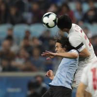 サッカー南米選手権【日本-ウルグアイ】前半、ウルグアイのカバーニへのボールをクリアする日本の植田=ブラジル・ポルトアレグレで2019年6月20日、AP