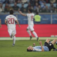 サッカー南米選手権【日本-ウルグアイ】前半、日本の先制ゴールに倒れ伏すウルグアイのラクサール=ブラジル・ポルトアレグレで2019年6月20日、AP