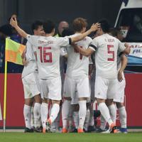 サッカー南米選手権【日本-ウルグアイ】前半、先制ゴールに喜ぶ日本の選手たち=ブラジル・ポルトアレグレで2019年6月20日、AP