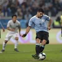 サッカー南米選手権【日本-ウルグアイ】前半、ウルグアイのスアレスがPKを決め、同点とする=ブラジル・ポルトアレグレで2019年6月20日、AP