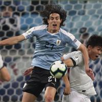 サッカー南米選手権【日本-ウルグアイ】前半、ウルグアイのカバーニをマークする日本の冨安=ブラジル・ポルトアレグレで2019年6月20日、AP