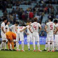 サッカー南米選手権【日本-ウルグアイ】後半開始前に集まる日本の選手たち=ブラジル・ポルトアレグレで2019年6月20日、AP