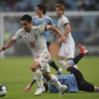サッカー南米選手権【日本-ウルグアイ】前半、攻め込む日本の岡崎=ブラジル・ポルトアレグレで2019年6月20日、AP