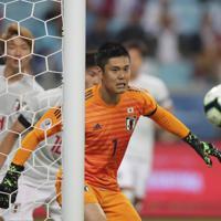 サッカー南米選手権【日本-ウルグアイ】後半、ボールを追う日本のGK川島=ブラジル・ポルトアレグレで2019年6月20日、AP