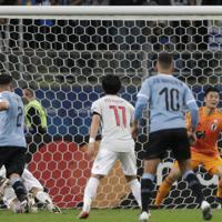 サッカー南米選手権【日本-ウルグアイ】後半、ウルグアイのヒメネスの同点ゴールが決まる=ブラジル・ポルトアレグレで2019年6月20日、AP