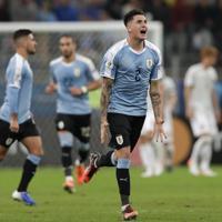 サッカー南米選手権【日本-ウルグアイ】後半、ウルグアイの同点ゴールを決め喜ぶヒメネス=ブラジル・ポルトアレグレで2019年6月20日、AP
