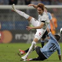 サッカー南米選手権【日本-ウルグアイ】後半、日本の板倉が必死のディフェンス=ブラジル・ポルトアレグレで2019年6月20日、AP
