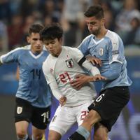 サッカー南米選手権【日本-ウルグアイ】後半、途中出場し、ウルグアイのベンタンカールとボールを争う日本の久保=ブラジル・ポルトアレグレで2019年6月20日、AP