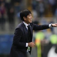 サッカー南米選手権【日本-ウルグアイ】後半、指示を出す日本の森保監督=ブラジル・ポルトアレグレで2019年6月20日、AP