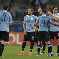 サッカー南米選手権【日本-ウルグアイ】日本と引き分け、残念そうなカバーニ(右端)らウルグアイの選手たち=ブラジル・ポルトアレグレで2019年6月20日、AP