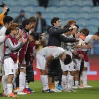 サッカー南米選手権【日本-ウルグアイ】ウルグアイと引き分け、スタンドのファンにあいさつをする日本の選手たち=ブラジル・ポルトアレグレで2019年6月20日、AP