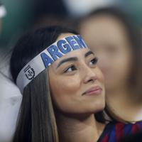 試合開始を待つアルゼンチンのサポーター=AP