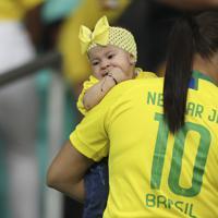 ブラジルサポーターの母親に抱えられる赤ちゃん=AP