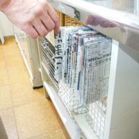 [3]折りたたんだ新聞紙は調理台の近くの棚に収納し、取り出しやすく