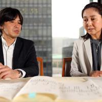対談する東京財団政策研究所の吉原祥子さん(右)と森健さん。手前は、ある県道用地の相続関係説明図。3代にわたり相続登記がなされなかった結果、相続人は150人に及んだ=東京都千代田区で、小川昌宏撮影