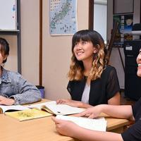シェアハウス「やどかり」で日本語を学ぶ住人ら=神戸市兵庫区で、韓光勲撮影