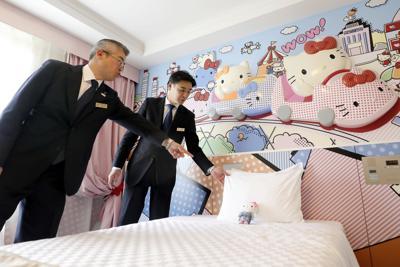ハローキティルームで話し合う山川信彦さん(左)と佐藤基裕さん=東京都多摩市の京王プラザホテル多摩で、喜屋武真之介撮影