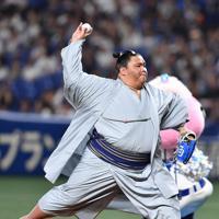 【中日―日本ハム】大相撲名古屋場所を前にナゴヤドームを訪れ投球をする御嶽海関=ナゴヤドームで2019年6月23日、大西岳彦撮影