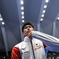 世界選手権日本代表に決まり、日本代表のジャージーに袖を通す橋本大輝=高崎アリーナで2019年6月23日、久保玲撮影