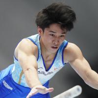 平行棒男子決勝で優勝した谷川航の演技=高崎アリーナで2019年6月23日、宮間俊樹撮影
