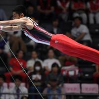 男子鉄棒決勝で落下する白井健三=高崎アリーナで2019年6月23日、久保玲撮影