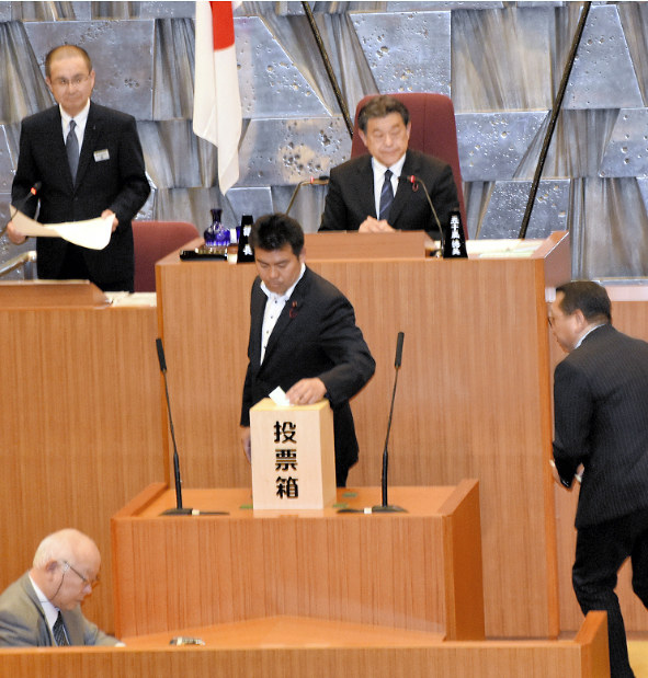 札幌市議会:70年ぶり除名処分 松浦市議が失職 議長選出巡る混乱で ...
