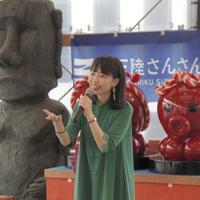 「南三陸台湾祭り」でオリジナル曲などを披露した洸美さん=宮城県南三陸町のさんさん商店街で