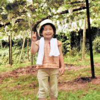 事故の約1カ月前、家族とブドウ狩りを楽しんだ福地悠月ちゃん=2006年8月ごろ、父禎明さん提供