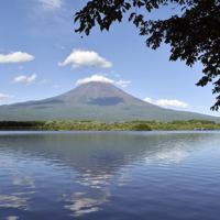 天気が良ければ田貫湖の湖面には富士山や雲、青空が映える=静岡県富士宮市で