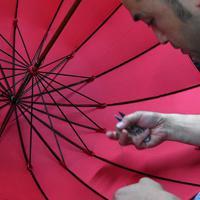 前原光栄商店の傘は骨が16本あるのが特徴だ。通常の8本に比べてより丈夫だという=東京都台東区で2019年6月、北山夏帆撮影