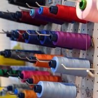 傘の布をつなぐための色とりどりの縫い糸=東京都台東区の前原光栄商店で2019年6月、北山夏帆撮影