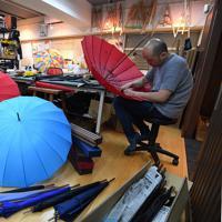 梅雨入りを迎え、ピークを迎えた傘作り=東京都台東区の前原光栄商店で2019年6月、北山夏帆撮影