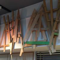 傘の布の形を決める三角形状の「木型」。三角に切り出した布を16枚組み合わせて傘を作る=東京都台東区の前原光栄商店で2019年6月、北山夏帆撮影