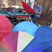 最盛期を迎えた傘作り=東京都台東区の前原光栄商店で2019年6月、北山夏帆撮影