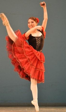 ブリャート歌劇場で5月に開かれたコンクールで、演目「ドン・キホーテ」の一場面を踊る土居愛子さん=ロシアのウランウデで2019年5月3日、大前仁撮影