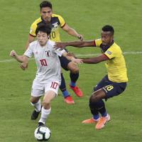 サッカー南米選手権【日本-エクアドル】前半、エクアドルの選手と競り合う日本の中島=ブラジル・ベロオリゾンテで2019年6月24日、AP