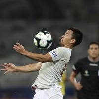 サッカー南米選手権【日本-エクアドル】前半、トラップしてコントロールする日本の岡崎=ブラジル・ベロオリゾンテで2019年6月24日、AP