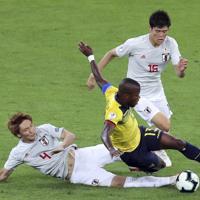 サッカー南米選手権【日本-エクアドル】前半、エクアドルのバレンシアの攻め込みを防ぐ日本の板倉と冨安=ブラジル・ベロオリゾンテで2019年6月24日、AP