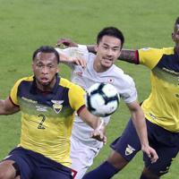 サッカー南米選手権【日本-エクアドル】前半、ボールを追う日本の岡崎=ブラジル・ベロオリゾンテで2019年6月24日、AP