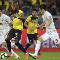 サッカー南米選手権【日本-エクアドル】後半、エクアドルのバレンシアをディフェンスする日本の植田と冨安(左)=ブラジル・ベロオリゾンテで2019年6月24日、AP