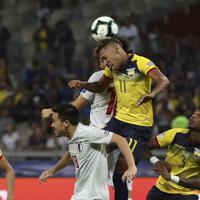 サッカー南米選手権【日本-エクアドル】後半、ヘディングで競り合う日本とエクアドルの選手たち=ブラジル・ベロオリゾンテで2019年6月24日、AP
