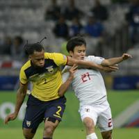 サッカー南米選手権【日本-エクアドル】後半、エクアドルの厳しいチェックにあう日本の久保=ブラジル・ベロオリゾンテで2019年6月24日、AP