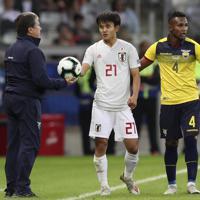 サッカー南米選手権【日本-エクアドル】後半、エクアドルのゴメス監督からボールを手渡される日本の久保=ブラジル・ベロオリゾンテで2019年6月24日、AP