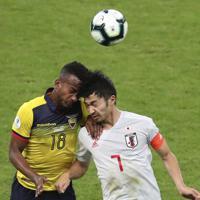 サッカー南米選手権【日本-エクアドル】後半、ヘディングで競り合う日本の柴崎=ブラジル・ベロオリゾンテで2019年6月24日、AP