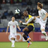 サッカー南米選手権【日本-エクアドル】後半、ボールを競り合う日本の板倉=ブラジル・ベロオリゾンテで2019年6月24日、AP