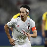 サッカー南米選手権【日本-エクアドル】後半、ボールを追う日本の柴崎=ブラジル・ベロオリゾンテで2019年6月24日、AP