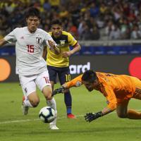 サッカー南米選手権【日本-エクアドル】後半、何度も攻め込まれながら得点を許さなかった日本のGK川島(右)と冨安=ブラジル・ベロオリゾンテで2019年6月24日、AP